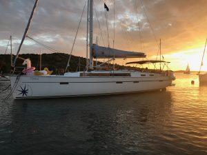 Kursbåten ankret opp i solnedgangen